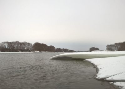 Фото ледяной навес над водой Москвы-реки недалеко от Воскресенска