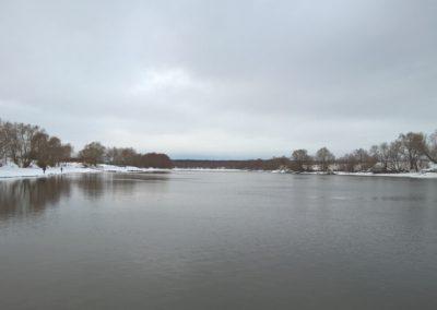 Фото пасмурное небо над Москвой-рекой в районе города Бронницы зимой